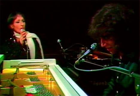 Barbara chante accompagnée au piano par Julien Clerc