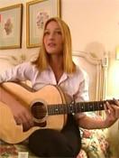 Carla Bruni à la guitare